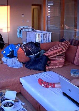 Спрятанная камера постоянно снимает дом и находящихся в нем парней и девушек - фото 3