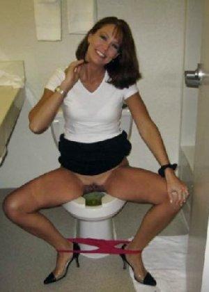 Девчонок подстерегли в туалете, сфотографировали и выложили в сеть - фото 24