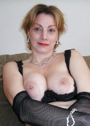 Зрелая женщина выставляет на показ свои прелести в эротическом белье - фото 57