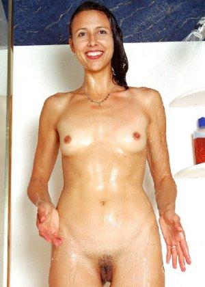 Стройная и зрелая женщина Александра купается в душе - фото 28
