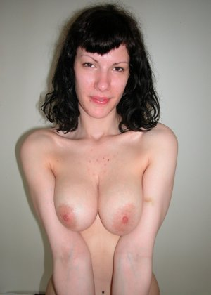 Натуралка с волосатыми подмышками отдыхает на кровати и показывает язык - фото 1- фото 1- фото 1
