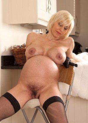 Беременная блондинка с большой грудью снимается на камеру - фото 6