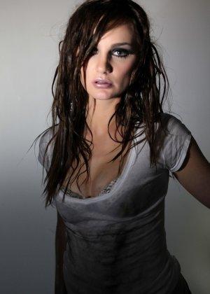 Эротичная Лили Картер в мокрой майке - фото 7