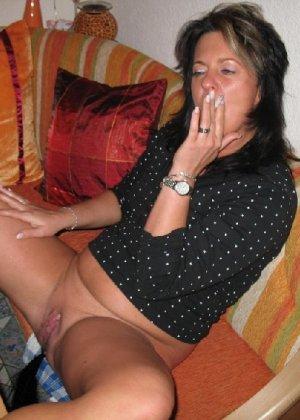 Женщина наслаждается отдыхом в сауне и сверкает голой мандой - фото 2