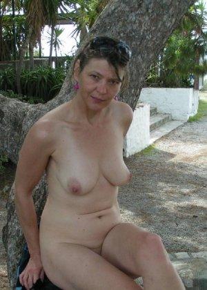 Эта женщина любит показать свою грудь в разных местах - фото 7
