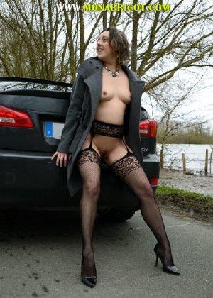 Зрелая дама в чулках вылазит и з автомобиля и показывает сиськи - фото 4