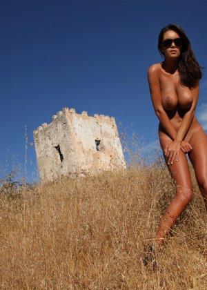 Девушка с большими сиськами фотографируется в поле - фото 27