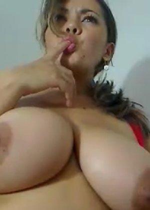 Девка с огромной грудью спалилась, демонстрируя свое сокровище парню - фото 2