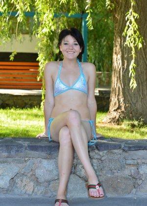Красивая молодая девчонка в купальнике позирует под деревом - фото 38