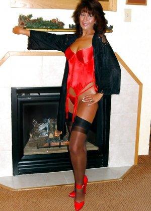 Шикарная женщина соблазняет в красном белье, а потом одевает платье - фото 16