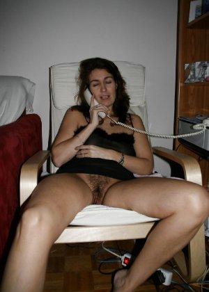 Сексуальная зрелая женщина открывает вид  на все свои дырочки - фото 8