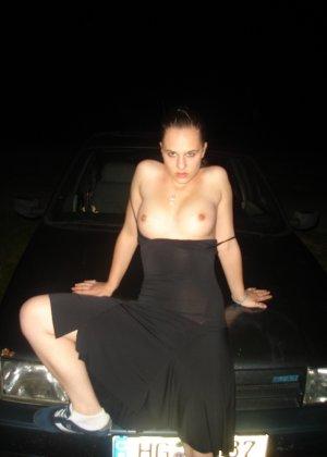 Брюнетки мнут сиськи и фотографируются возле автомобилей и дома - фото 19