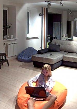 Спрятанная камера постоянно снимает дом и находящихся в нем парней и девушек - фото 2