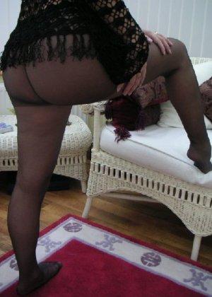 Зрелая дама с большой натуральной грудью откровенно сидит на кресле - фото 9