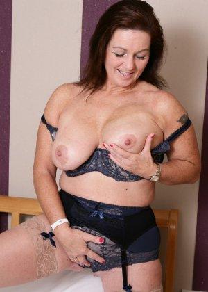 Зрелая британская женщина на все готова в постели - фото 3