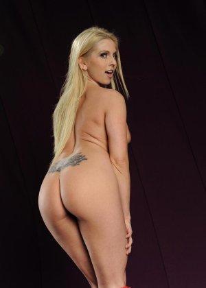 Голая блондинка в розовом купальнике показывает грудь - фото 11