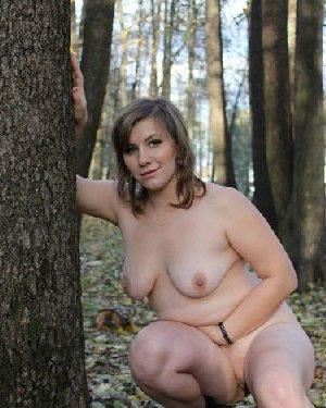 Голый осенний фотосет белой пышки в парке с листвой - фото 2