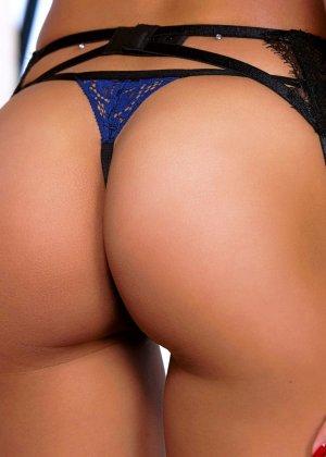 Брюнетка с красивой жопой эротично раздевается - фото 6