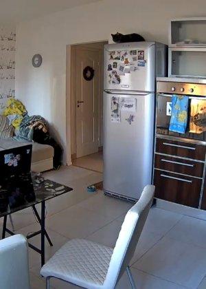 Спрятанная камера постоянно снимает дом и находящихся в нем парней и девушек - фото 64