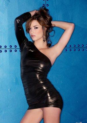 Эротичная девушка в коротком черном платье и без него - фото 3