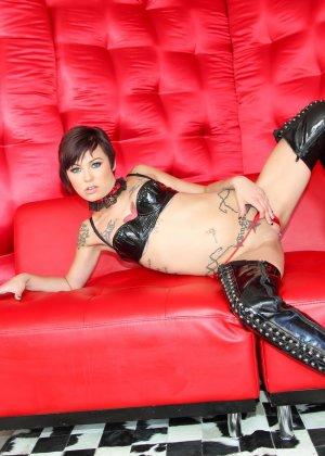 Две татуированные красотки показывают свои соблазнительные тела, давая рассмотреть все самые эротичные места - фото 8