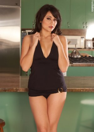 Жгучая брюнетка с красиво выбритой киской и аккуратными грудями - фото 7