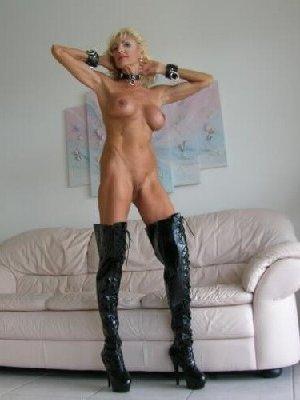 Худая блондинка в возрасте отлично выглядит - фото 11