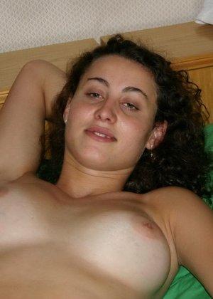 Голая женщина позволяет снимать себя на зеленой простыне - фото 9