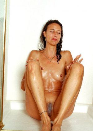 Стройная и зрелая женщина Александра купается в душе - фото 16