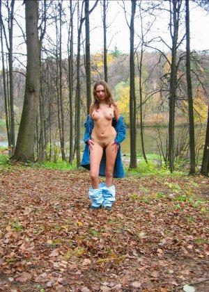 Русская девчонка Оля не стесняется голых фоток на улице - фото 19