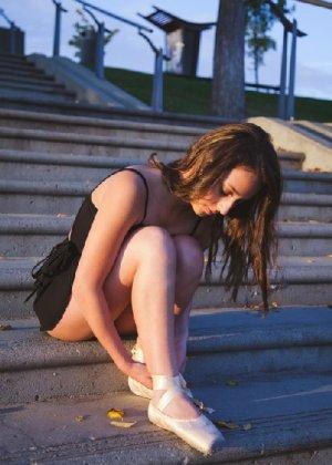 Порно фотки милой балерины, красавица сосет член своего парня с удовольствием - фото 8
