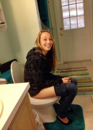 Девчонок подстерегли в туалете, сфотографировали и выложили в сеть - фото 50