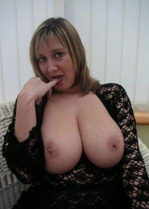 Зрелая дама с большой натуральной грудью откровенно сидит на кресле - фото 13