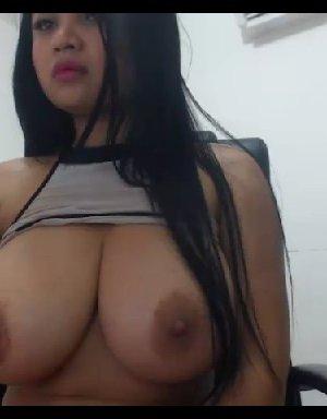 Шаловливая азиатка демонстрирует на вебкамеру свою огромную грудь - фото 9