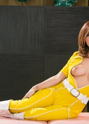 Эприл ОНейл снимает с себя желтый костюм и остается совсем голой, показывая мохнатую пизденку - фото 6