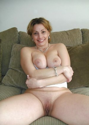 Зрелая женщина выставляет на показ свои прелести в эротическом белье - фото 44
