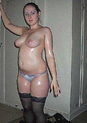 Девушка покрыла себя маслом и начала позировать мужу на кровати - фото 5