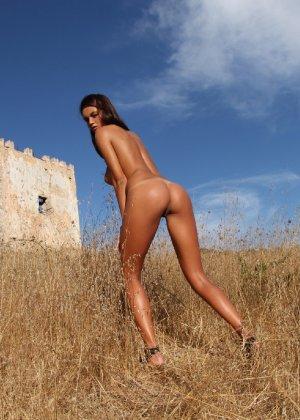 Девушка с большими сиськами фотографируется в поле - фото 42