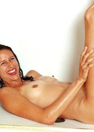 Стройная и зрелая женщина Александра купается в душе - фото 23