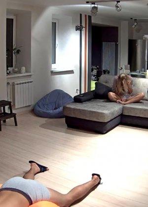 Спрятанная камера постоянно снимает дом и находящихся в нем парней и девушек - фото 6