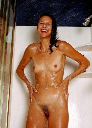 Стройная и зрелая женщина Александра купается в душе - фото 8
