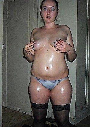 Девушка покрыла себя маслом и начала позировать мужу на кровати - фото 8