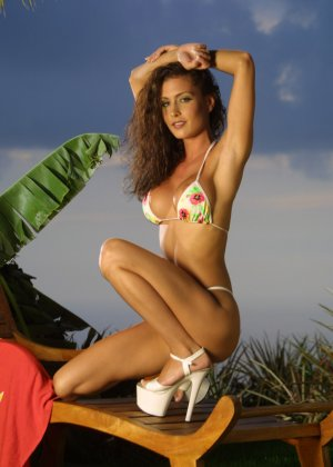 Красивая девушка в мини бикини - фото 15