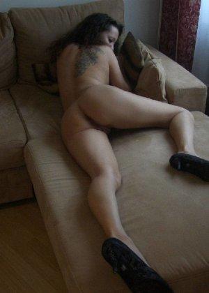 Немецкая шлюшка Кристина сняла с себя все и призывно ждет на диване - фото 11