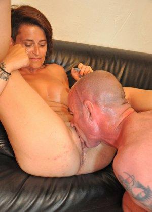 Зрелая пара занимается оральным сексом в своем доме - фото 9