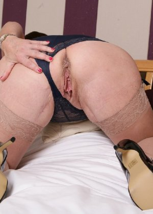 Зрелая британская женщина на все готова в постели - фото 8