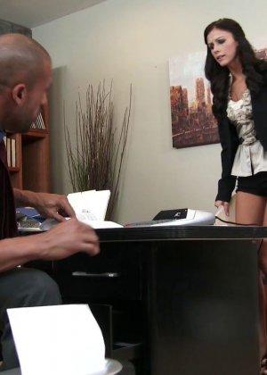 Выебал на офисном столе большим хуем худую женщину - фото 1