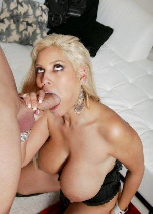 Трахает грудастую блондинку в жопу - фото 10