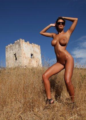 Девушка с большими сиськами фотографируется в поле - фото 29