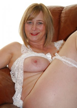 Прекрасная леди в белом сексуально белье раздвинула ножки - фото 4